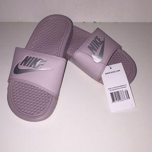 Nike Women's Benassi Sandal, Rose/Metallic Size 5